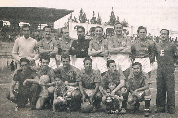El equipo base de la campaña 1948/49, siempre con Arenaza como golero y el DT Casullo a la extrema derecha entre los parados. (Foto: anotandofutbol.blogspot.com)