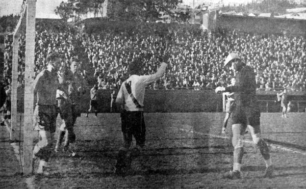 Gol de José Carrasco sobre el equipo de San Francisco en el primer triunfo del combinado peruano (Recorte: diario La Crónica)