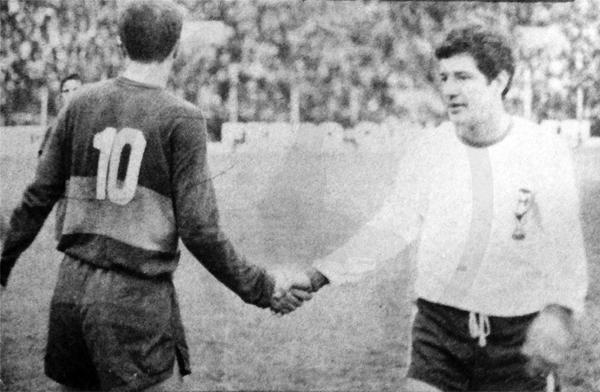Con la tradicional divisa del 'Globito' Miguel Loayza siempre fue reconocido en el fútbol argentino (Recorte: revista Ovación)