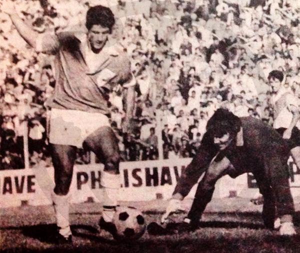 La habilidad de Loayza puesta a prueba frente a un grande del arco como Hugo Orlando Gatti, cuando éste militaba en River Plate (Recorte: revista Ovación)