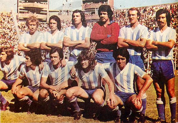 Equipo base de Racing Club en la temporada de 1973 en el que destacan, desde la izquierda, Óscar Malbernat como el primero de los parados y Ramón Mifflin como el segundo de los hincados (Recorte: revista Ovación)