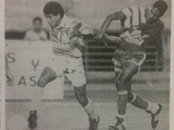 El 'Coyote' Rivera se le escurre a Ibrahim Salizú en el cotejo que Cristal le ganó 1-3 a Caracas en 1993. (Recorte: diario El Comercio)