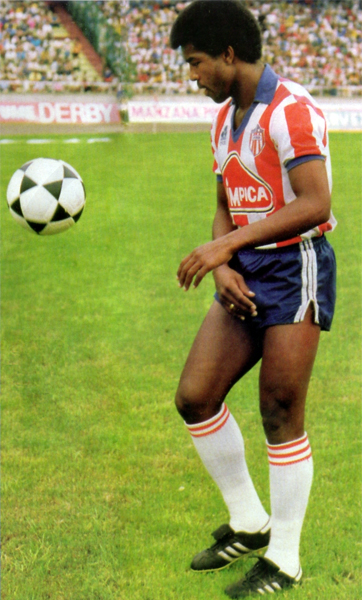Julio César Uribe con el balón a sus pies y rodeado de un marco que en Colombia fue repetido para el atacante peruano (Recorte: revista Once)