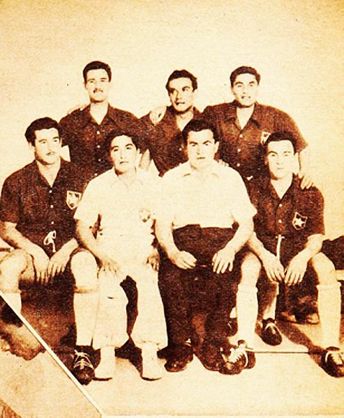 Balbuena junto a los jugadores de la Universidad de Chile que jugaron el Sudamericano de 1947 (Foto: Revista Estadio)