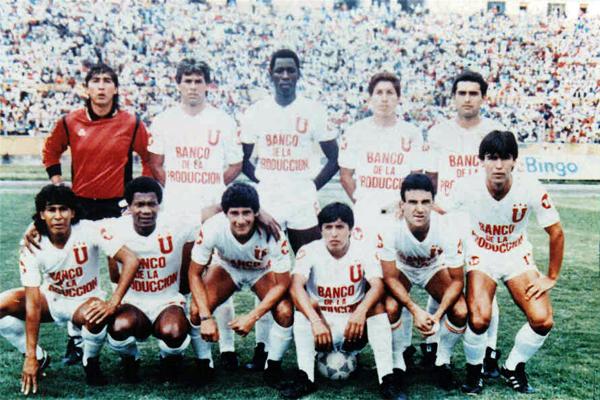 Guillermo La Rosa -el segundo de los hincados- durante su segunda temporada en Liga de Quito (Foto: albo75.com)