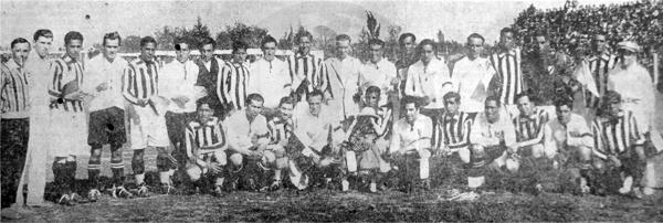 Los equipos de Colo-Colo y Atlético Chalaco juntos antes de disputar el primer partido de la gira (Recorte: diario La Crónica)