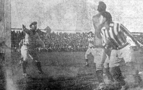 Una escena del partido de Atlético Chalaco contra la Unión Española (Recorte: diario La Crónica)
