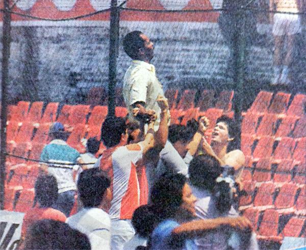 Mario Gonzales alzado en hombros ante la hinchada de Nacional el día del título ante Rubio Ñu en 1989. (Recorte: diario ABC Color)