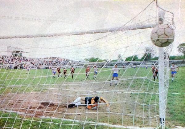 Gol de Víctor Paniagua sobre Cerro Corá que permitió a Nacional disputar la final por el ascenso de 1989 frente a Rubio Ñu. (Recorte: diario ABC Color)