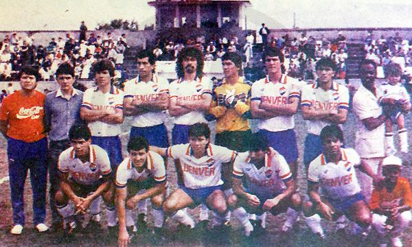 El equipo de Nacional que disputó el ascenso en 1989 contra Rubio Ñu, con la 'Foca' Gonzales a la derecha de los parados. (Recorte: diario Hoy)
