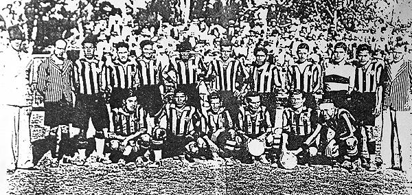 El plantel de Aurora formado para enfrentar a Chivas en Guadalajara. (Foto: diario La Tercera)