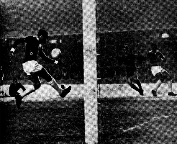 Uno de los tres goles que Alberto Gallardo marcó en Barcelona (Recorte: diario Mundo Deportivo)