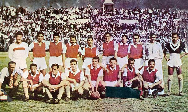 El plantel del Santa Fe campeón, con el técnico peruano Carlos Carrillo Nalda junto al arquero Julio Gaviria (Foto: comunidadrojiblanca.com)