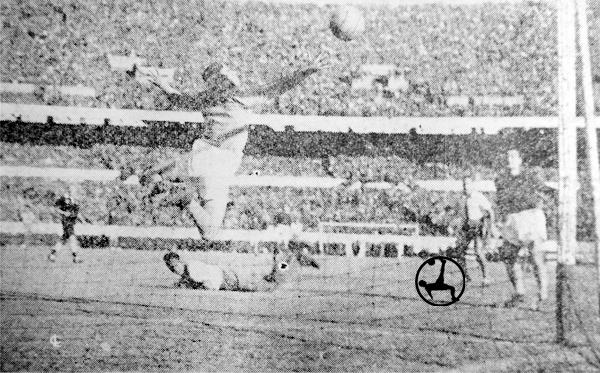 Valeriano López observa desde el campo cómo su cabezazo vence la resistencia de Amadeo Carrizo el día que marcó sus dos primeros goles en Argentina (Recorte: diario La Crónica)