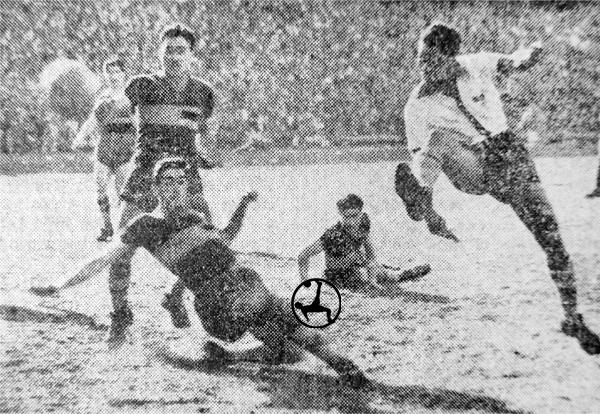 Valeriano ensayando un remate hacia el arco de Boca Juniors (Recorte: diario La Crónica)