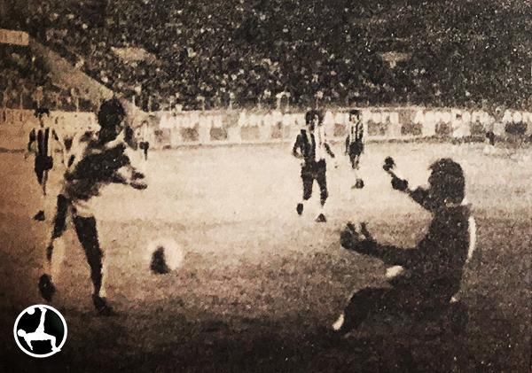 Julio César Uribe ataca el arco de Talleres, que tuvo a Mosquera entre sus jugadores. (Recorte: diario La Crónica)