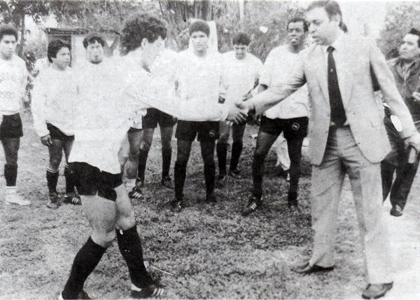 Miguel Company, aquí en saludo con Leoncio Cervera durante su presentación, estuvo en pocos partidos como técnico de Boys en 1990 pero estuvo en los más importantes de aquella campaña (Foto: libro '¡Vamos Boys!', Teodoro Salazar Canaval)