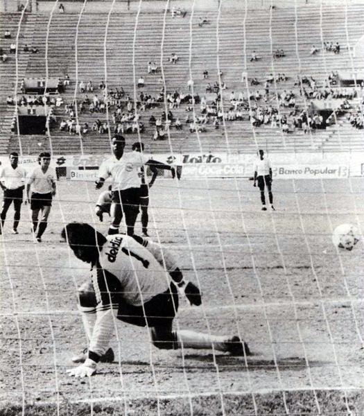 Un sello de Claudio Adao al momento de ejecutar penales: patearlos parado junto al balón (Foto: libro '¡Vamos Boys!', Teodoro Salazar Canaval)