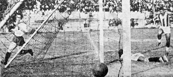 Gol de Leopoldo Quiñónez, el segundo de Municipal sobre el arco de Atlético Chalaco el día que los ediles ganaron el campeonato (Recorte: diario La Crónica)