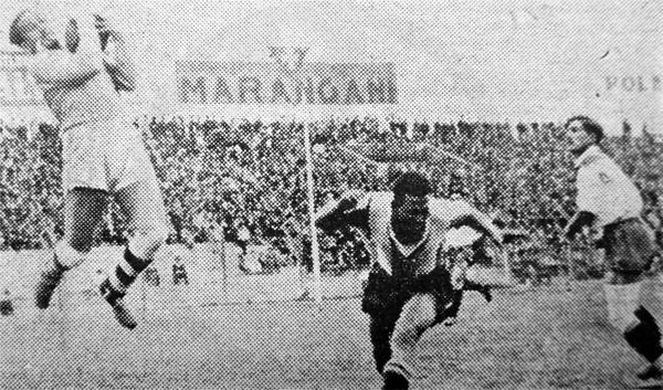 Juan Criado embolsa el balón luego de un cabezazo de Juan Puente en el triunfo edil sobre Alianza (Recorte: diario La Crónica)