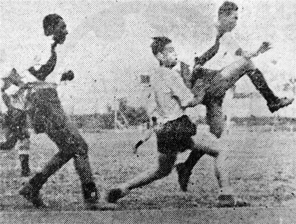 Gregorio Jiménez revienta el balón antes que Carlos Valdivia le gane la posición cuando Municipal visitó a Boys en el Callao (Recorte: diario La Crónica)