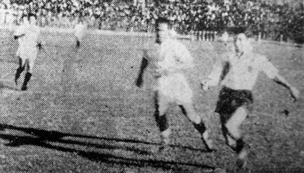 Roberto Drago se le escapa a Calderón durante el partido en el que Municipal le ganó a Universitario con gol de 'Tito' (Recorte: diario La Prensa)
