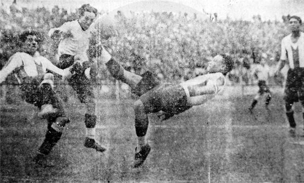 Aquiles Westres y Víctor Guarderas Lavalle luchan por tomar el balón (Recorte: diario El Callao)
