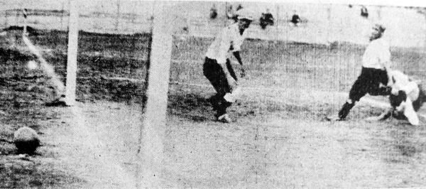 El último gol de la campaña rosada en 1935, con definición de Aquiles Westres (Recorte: diario La Crónica)