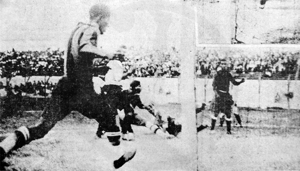 El gol de Enrique Aróstegui con el que Boys le empató transitoriamente al Tarapacá (Recorte: diario La Crónica)