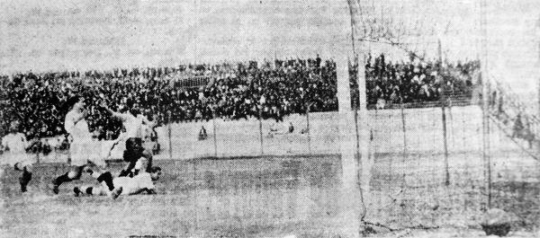 El primer gol de Boys sobre Universitario, obra de Jorge Alcalde, quien celebra mientras Arturo Fernández yace en el piso luego de su error (Recorte: diario La Crónica)