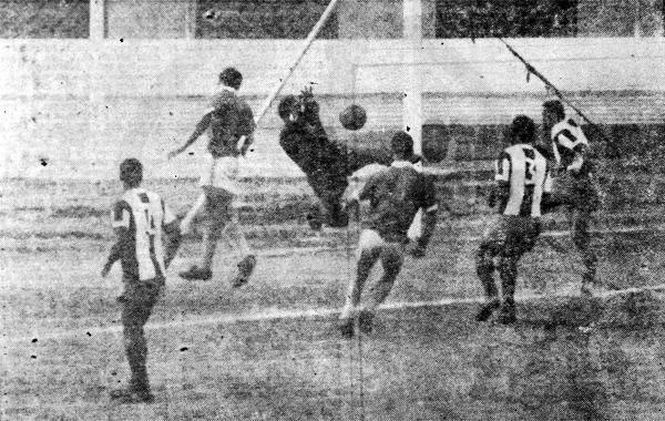 Porvenir Miraflores dio inicio a su campaña de 1967 con un buen 0-0 ante Alianza en el estadio Nacional. En la escena, Dimas Zegarra en plástica intervención. (Recorte: diario La Crónica)
