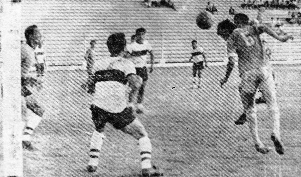 De cabeza, Herazo marca el quinto gol de Porvenir Miraflores en su goleada 5-2 sobre Iqueño. (Recorte: diario La Crónica)