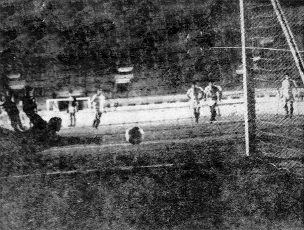 El gol de penal de Saravia que le dio a Porvenir Miraflores un épico triunfo sobre Universitario. (Recorte: diario La Crónica)