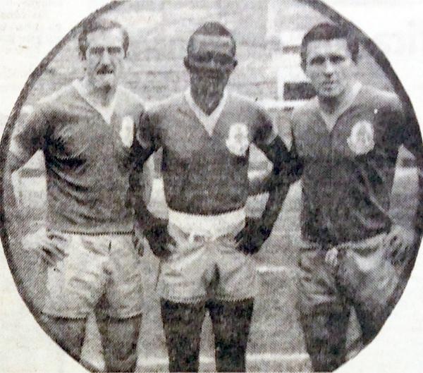 El trío mundialista de Porvenir Miraflores la única tarde que estuvo junto en el campo de juego, frente a Defensor Arica: Varacka, Zózimo y Cap. (Recorte: diario La Crónica)