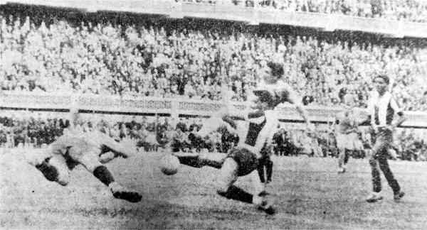 La salida apresurada de Clemente Velásquez no pudo evitar el remate de Carlos Zunino, autor del primer gol en la historia de Cristal (Recorte: diario La Crónica)