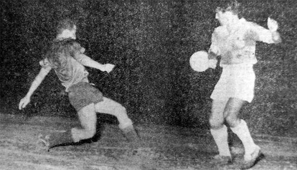 El uruguayo Zunino, que abrió y cerró el campeonato de Cristal, en acción frente a Carlos Concha en la última jornada (Recorte: diario La Crónica)