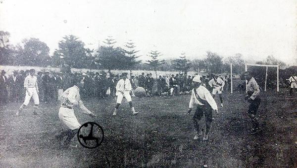 Duelo entre Sport José Gálvez y Atlético Peruano que ganó el primero por 4-1, así confirmó su título de la temporada 1915. (Foto: diario La Crónica)