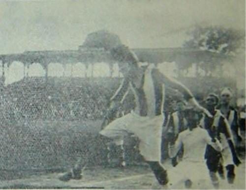 Despeje de Faustino Mustafich ante el acoso aliancista. Chalaco se cerró bien aquel 7 de diciembre de 1930. (Foto: revista Mundial)
