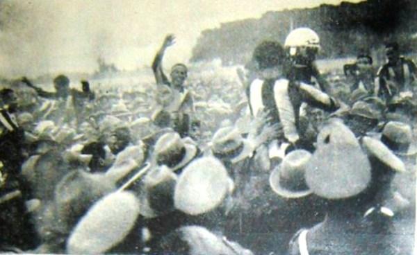 El alborozo porteño tras el pitazo final. Los jugadores fueron alzados en hombros con el trofeo en mano. (Foto: revista Mundial)