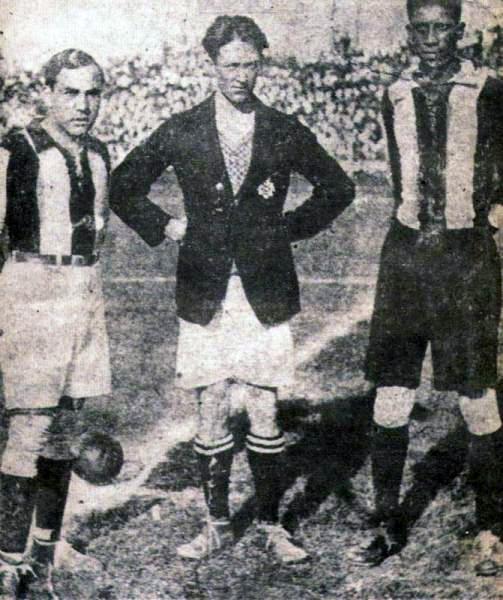 'Manolo' Puente fue uno de los puntales del título de Chalaco con sus goles. Acá posa junto a Alejandro Villanueva en la previa del partido que definió el torneo de 1930. (Foto: libro '200 Clásicos de Historia', Lorenzo Villanueva Regalado)