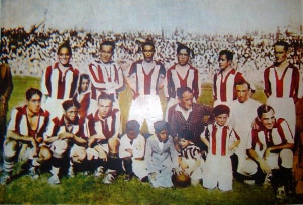 El equpo de Atlético Chalaco que, dirigido por Telmo Carbajo -al centro entre los hincados, rodeado por las mascotas- se consagró campeón en 1930. (Recorte: revista Mundial)