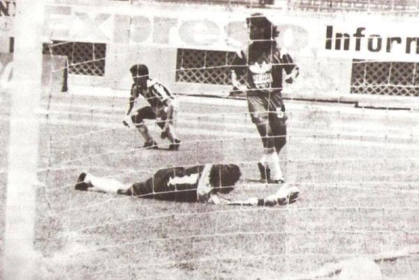 Escenas de la victoria por 3-0 ante Unión Minas, por el Apertura 1994 (Recorte: revista Estadio)