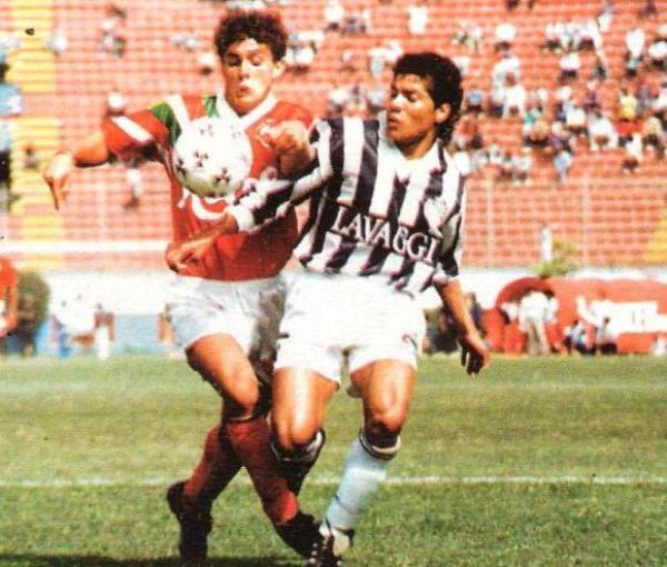 César Rosales en acción en pleno partido ante Aurich/Cañaña en el estadio Nacional. Los tallarineros ganaron 2-1 en el arranque de la segunda rueda (Recorte: revista Estadio)