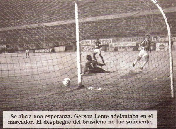 El último instante de felicidad en aquella temporada: el gol de Gerson Lente que abrigó la opción de avanzar a la liguilla; al final, León le dio vuelta al marcador y, casi sobre la hora, se pudo igualar (Recorte: revista Estadio)