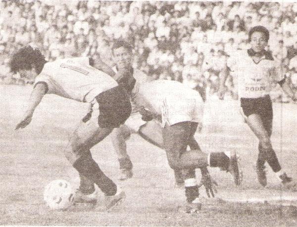 El 'Chueco' disputa un balón con Portilla del UTC en el encuentro que sostuvieron ambas escuadras (Foto: revista Ovación)