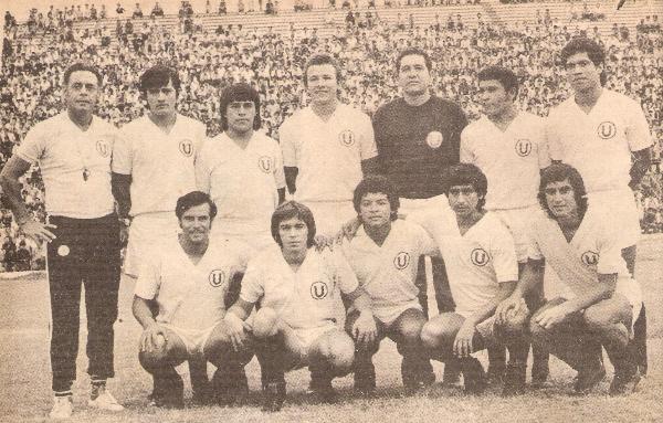 Formación crema en 1974, temporada en la que alcanzó el título y donde llegó a cosechar un record de 36 partidos invictos (Recorte: revista Ovación)