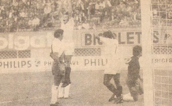 Oswaldo Ramírez festeja uno de sus dos goles que contribuyeron a la goleada de la 'U' sobre Municipal por 5-0 (Recorte: revista Ovación)