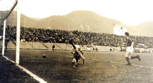 San Lorenzo de Almagro también fue víctima del 'Ballet Azul' durante una gira realizada por este a Buenos Aires en 1951. Aquí, Di Stéfano convierte un gol en el arco del 'Ciclón' (Foto: millonarios.com.co)