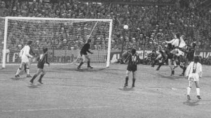 Cruyff anota uno de sus dos goles en el arco del Inter de Milán en la final de la Copa de Campeones 1971-1972 (Foto: expertfootball.com)