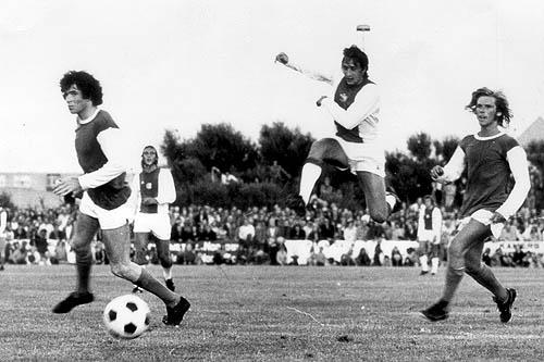 Cruyff (centro) y Neeskens (al fondo) fueron la dupla mortífera de aquel Ajax multicampeón (Foto: voetbalopzaterdag.com)